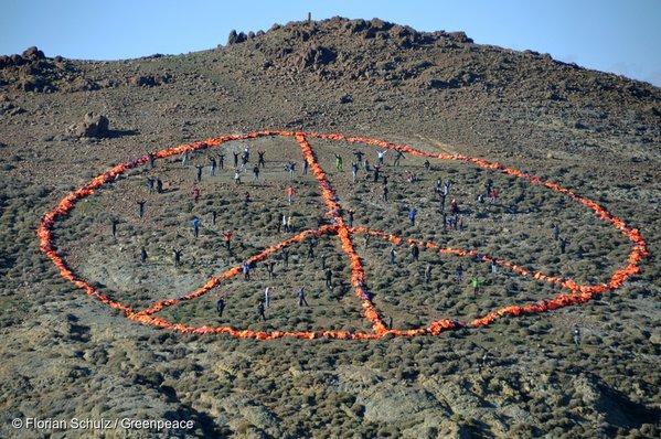 Le signe de la paix dessinée avec des gilets de sauvetage échoués sur la côte de Lesbos, opération Greenpeace et MSF.